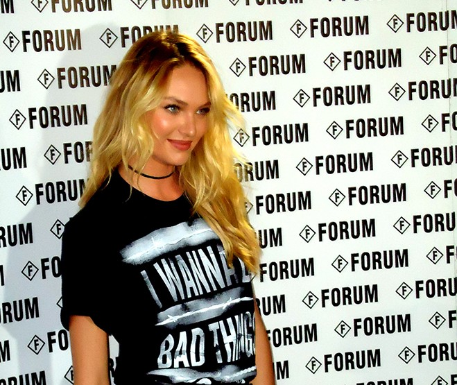 Candice Swanepoel causa Frisson no Desfile da Forum!