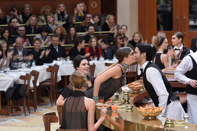Paris Fashion Week Fall 2015 Desfile da Chanel Brasserie Gabrielle 2