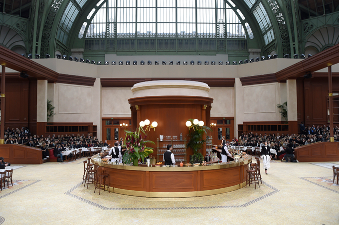 Paris Fashion Week Fall 2015 Desfile da Chanel Brasserie Gabrielle 4